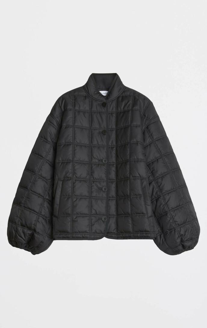 Kort, quiltet jakke (kr 3195, Rodebjer).