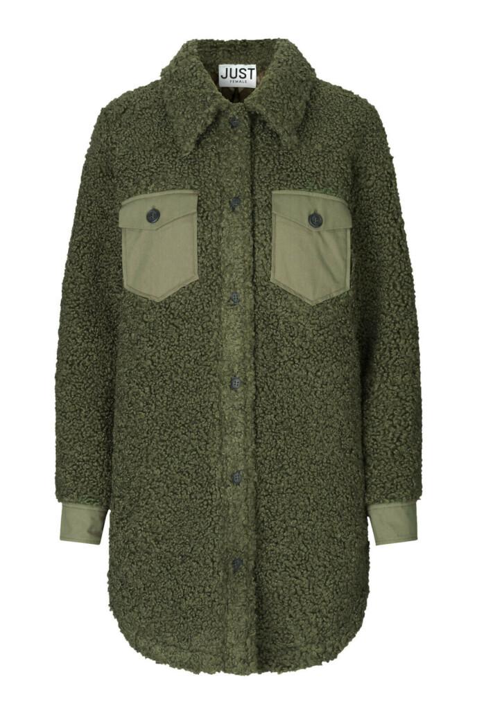 Militærgrønn skjorte (kr 2400, Just Female).
