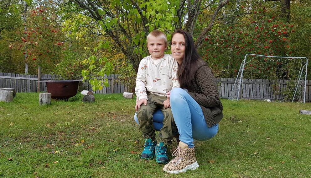 FIKK ALLERGISK REAKSJON: Ruben lekte hjemme i hagen, da han kom over det han syntes var en veldig fin sommerfugllarve. Nå advarer mamma Stine andre foreldre mot å la barna ta på dem. FOTO: Privat