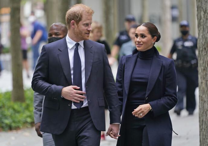 I NYC: Meghan og Harry gjør som de kan best; holder hverandre i hendene og støtter hverandre åpenlyst under offisielle opppdrag. Her i New York i september 2021. FOTO: NTB
