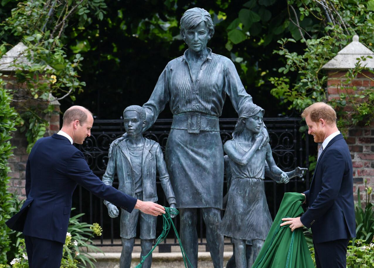 HEDRET SIN MOR: Brødrene prins William og prins Harry avduket statuen av moren ved the Sunken Garden ved Kensington Palace på det som hadde vært prinsesse Dianas 60-årsdag 1. juli 2021. FOTO: NTB