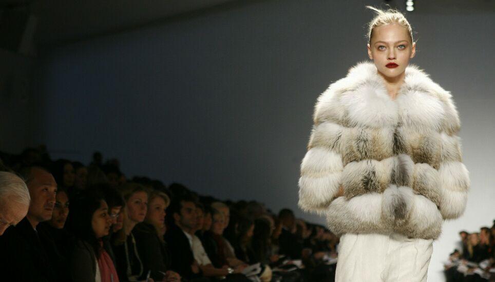 SIER NEI: Stadig flere motehus sier nei til pels. Her fra en Peter Som-visning i 2007 under moteuka i New York. FOTO: NTB