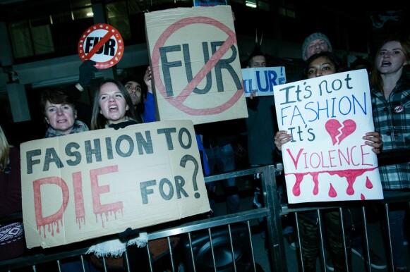 PROTESTER: Demonstranter mot pels før Burberry-visningen i 2018. FOTO: NTB