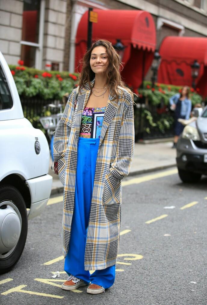 GÅR IGJEN: I dette antrekket går fargene blått, gult og sort igjen i begge mønstrene. Sett under London Fashion Week tidligere i september. Foto: Silvia Olsen/Shutterstock/NTB.