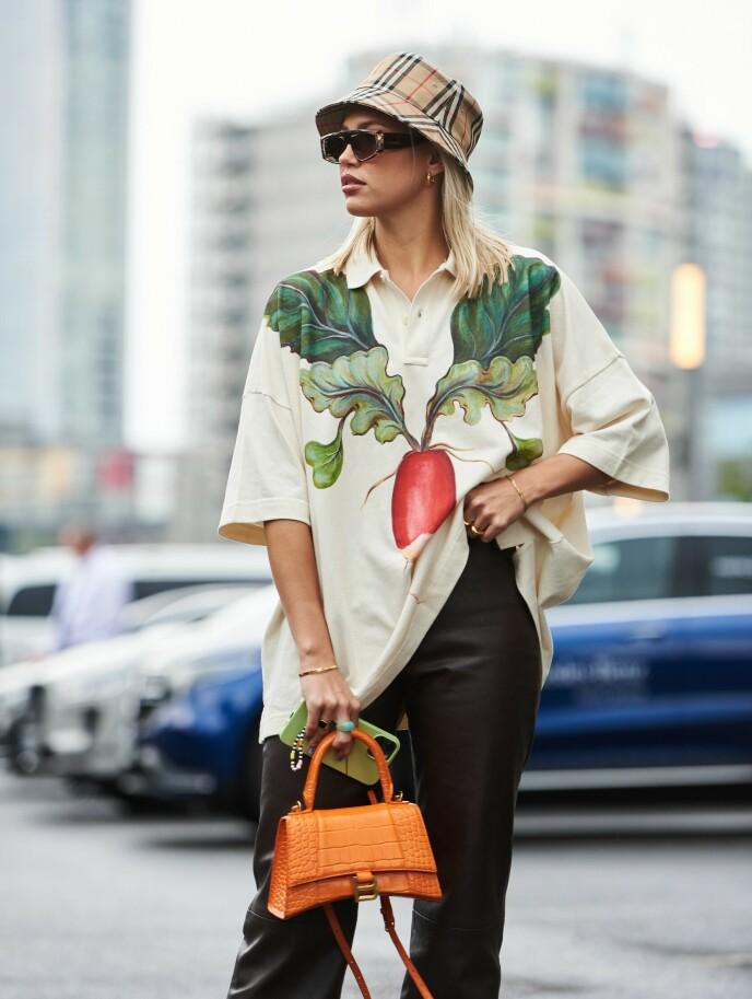 MØNSTRETE TILBEHØR: Å gå for mønstrete tilbehør er en super måte å sprite opp antrekket på - som her på både på hatt og veske. Sett under London Fashion Week tidligere i september. Foto: Saira MacLeod/Shutterstock/NTB.