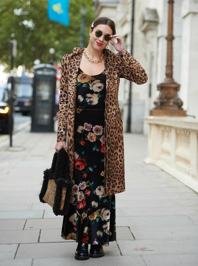 LAG PÅ LAG: Med eller uten jakke er dette antrekket fremdeles en mønstermiks av blomster og leo! Sett under London Fashion Week tidligere i september. Foto: Saira MacLeod/Shutterstock/NTB.