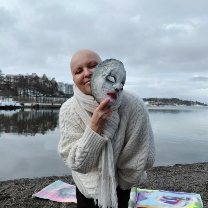 Å male ansikter ble Lindas vei til frihet. FOTO: Privat