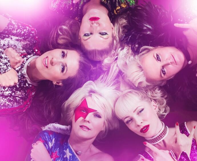LØVEMØDRE: Tre av damene i bandet har barn, og ønsker å være forbilder når det kommer til å tørre å leve ut drømmer. FOTO: Cocktail Slippers