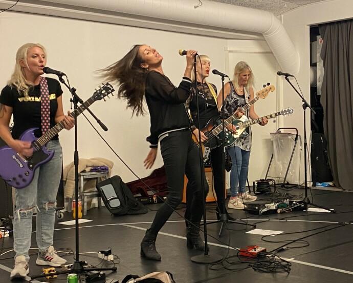 GIR JERNET: Damene i bandet Cocktail Slippers øver hver uke, og er ikke i tvil om hva det å spille i band betyr for dem. FOTO: Hege Løvstad Toverud