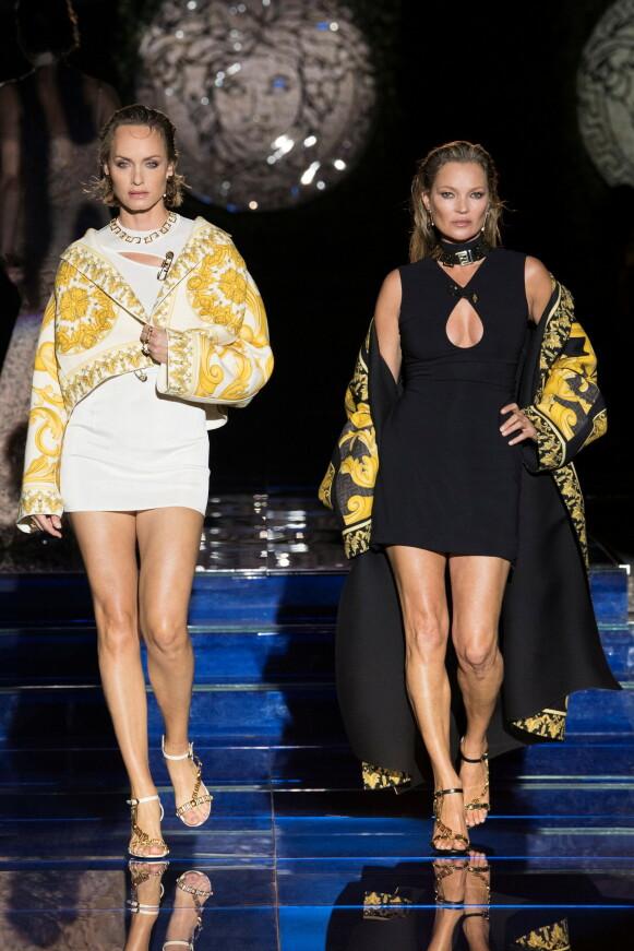 SUPERMODELLER: Amber Valletta og Kate Moss på catwalken for Versace og Fendi i Milano. FOTO: NTB