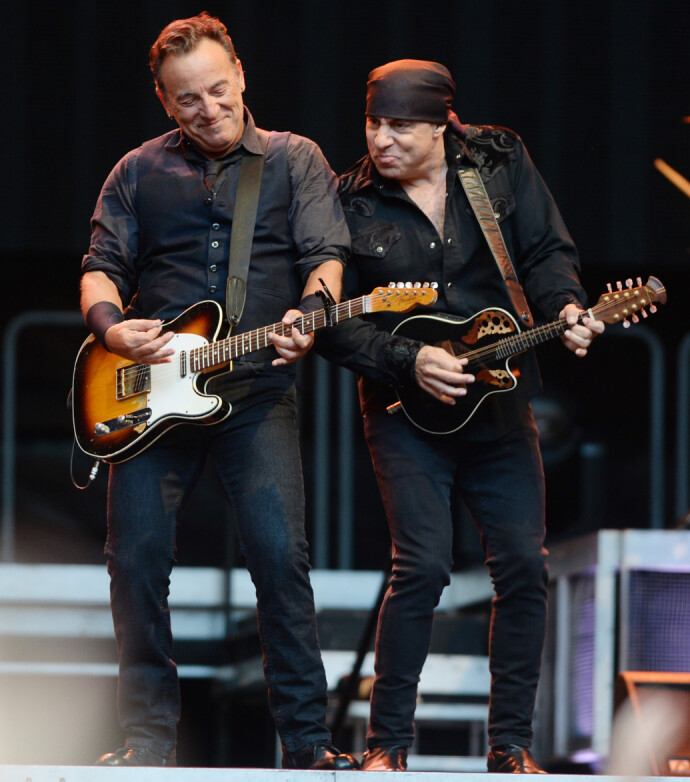 LEGENDER: Bruce Springsteen og gitarist Steven Van Zandt (t.v.) i E- Street Band. Van Zandt er manageren til norske «Cocktail Slippers» og de gir ut plater på hans selskap. FOTO: NTB