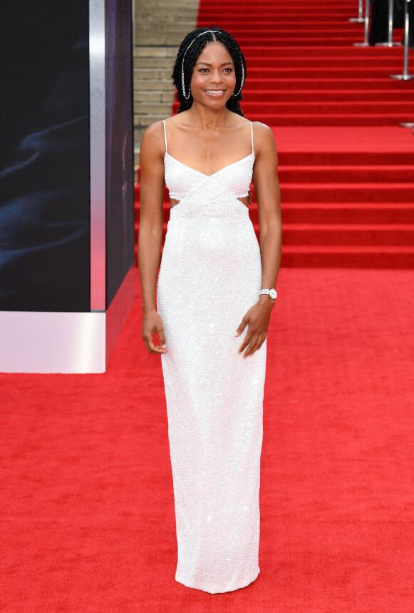 Naomie Harris i en hvit Michael Kors-kjole, Omega-klokke og sølvkjede i håret. FOTO: NTB