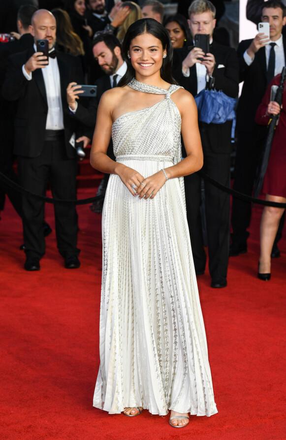 Tennis-stjerne Emma Raducanu i kjole fra Dior og smykker fra Tiffany & Co. FOTO: NTB
