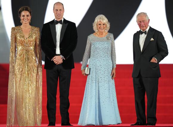 PÅ DEN RØDE LØPEREN: Kate Middleton, prins William, Camilla og prins Charles dukket alle opp på James Bond-premieren i London. FOTO: NTB