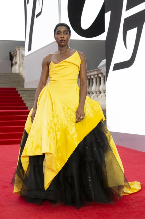 Lashana Lynch spiller den første svarte kvinnelige 007. Her i en Vivienne Westwood couture-kjole med smykker fra Ara Vartanian, Shaun Leane og Jessica McCormack. FOTO: NTB