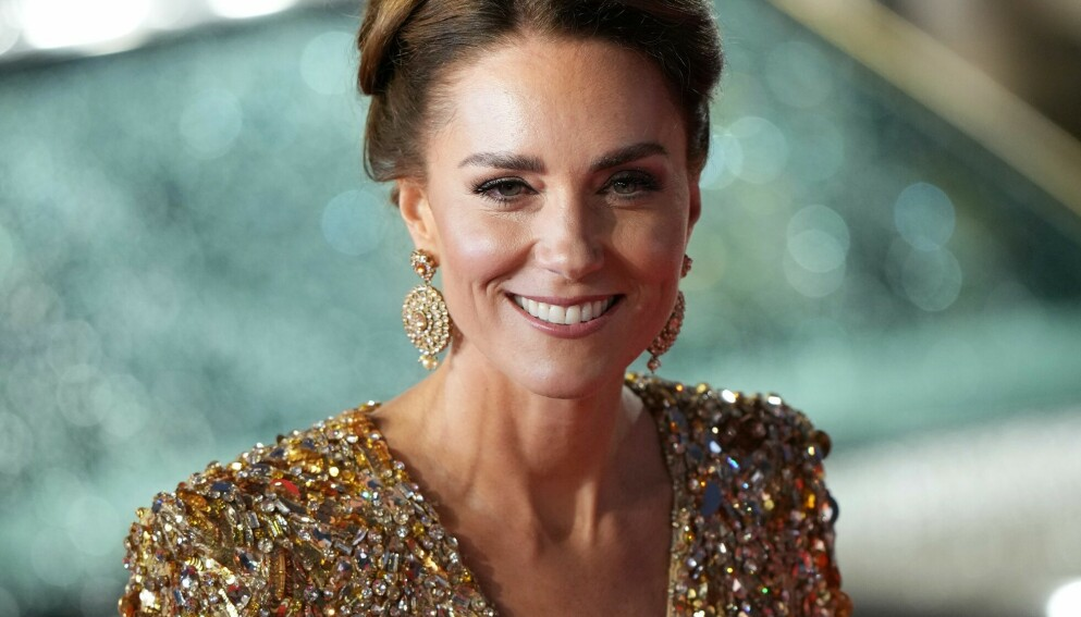 GIKK FOR GULL: Kate Middleton vakte oppsikt i en gullkjole på verdenspremieren av den nye James Bond-filmen i London. FOTO: NTB