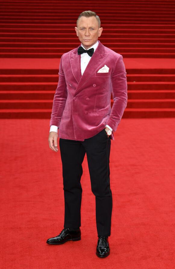 HOVEDPERSON: Daniel Craig har spilt i sin siste Bond-film. Han valgte en bærfarget fløyelsjakke fra Savile Row-skredderne Anderson & Sheppard, bukser fra Henry Poole og en Omega-klokke. FOTO: NTB