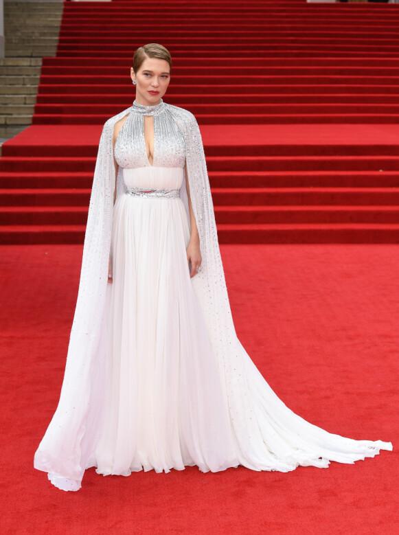 Lea Seydoux vender tilbake i den nye Bond-filmen. Her har hun på en spesialdesignet Louis Vuitton-kjole med tilhørende cape og smykker fra Chopard. FOTO: NTB