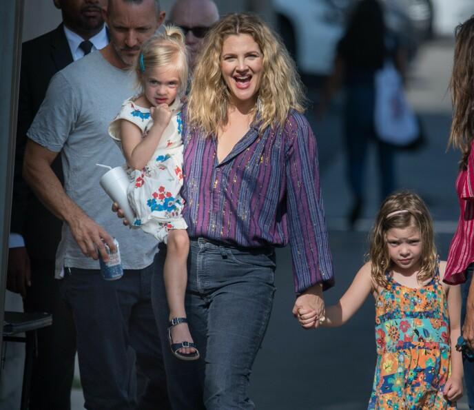 TOBARNSMOR: Drew Barrymore har døtrene Olive og Frankie med eksmannen WIll Kopelman. Her er den søte trioen på vei inn til 'Jimmy Kimmel Live!' i Los Angeles i 2018. FOTO: NTB