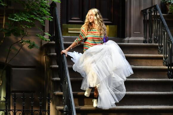 Sarah Jessica Parker i en fargerik genser med striper og hvitt tyllskjørt med Fendi-vesken Baguette og Chanel-boots. FOTO: NTB