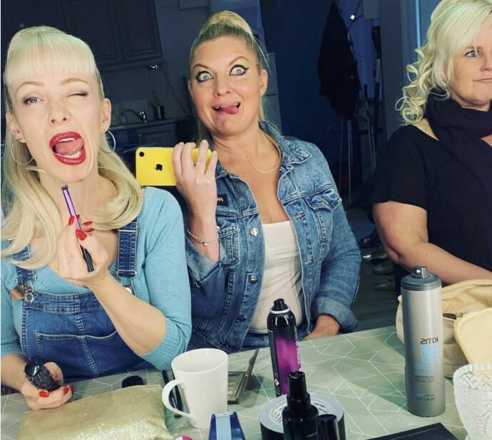 SMINEKR SEG SELV: Damene i Cocktail Slippers mener livet deres er en blanding av glamour - og veldig lite glamour: – Det er veldig godt oppsummert, sier bandet, her representert ved Astrid og Stine og AK. FOTO: Privat