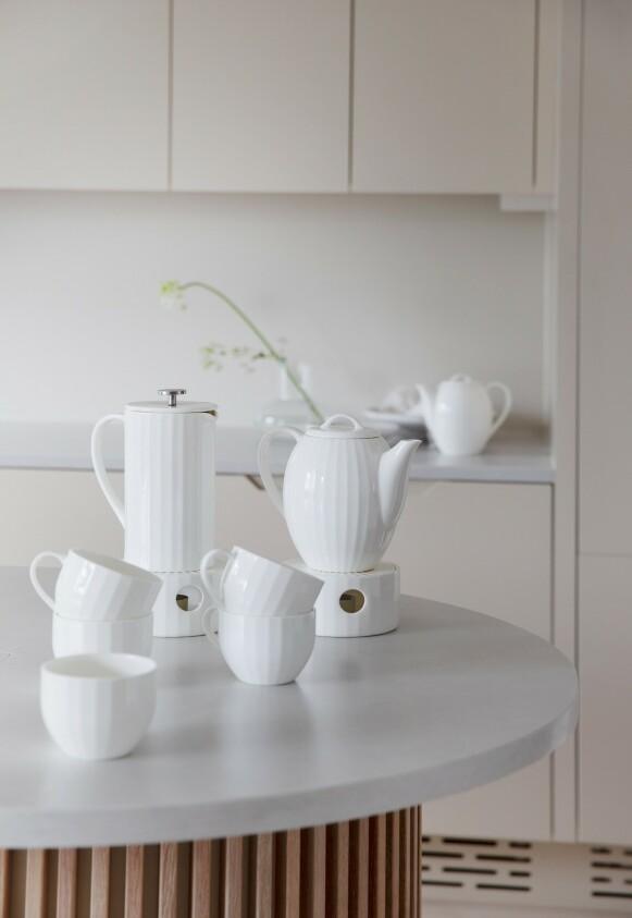 SERVISE: Samarbeidet med Porsgrund Porselen er en hyllest til de små pausene i hverdagen, sier Camilla. FOTO: Yvonne Wilhelmsen.