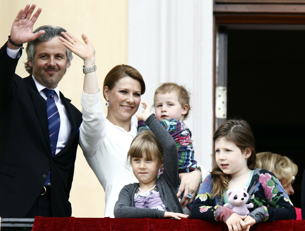 FIN FAMILIE: Ari og Märtha med sine tre døtre Maud, Leah og Emma på slottsbalkongen i forbindelse med kongeparets 75-årsdager i 2012. FOTO: Lise Åserud / NTB