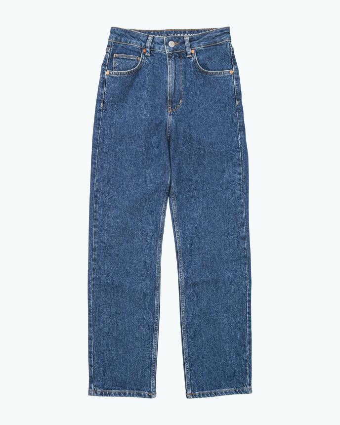 Jeans og strikk er klassisk hverdagsuniform. Jeans (kr 600, Never Denim).