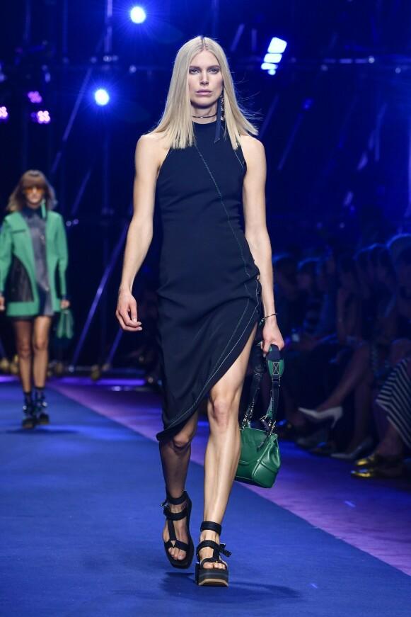 ITALIENSK MOTE: Iselin Steiro på catwalken for Versace under moteuka i Milano i 2016. FOTO: NTB
