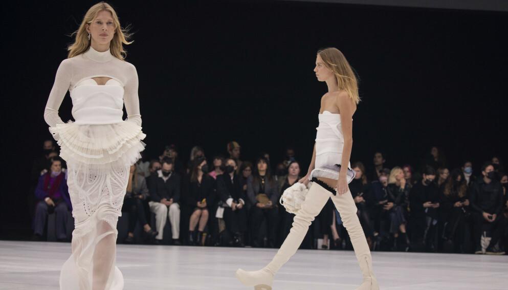 TILBAKE: Den norske supermodellen Iselin Steiro (t.v) gjorde comeback på catwalken da hun lukket Givenchy-visningen i Paris søndag. FOTO: NTB