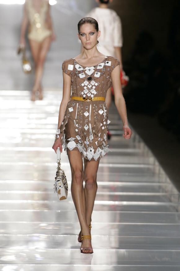 PÅ CATWALKEN: Iselin Steiro på catwalken for Louis Vuitton i 2005. FOTO: NTB