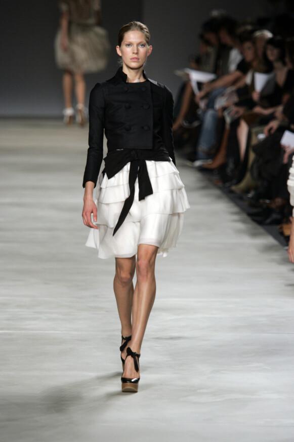 SUPERMODELL: Iselin Steiro er en av svært få norske supermodeller. Her går hun for Chloé i Paris i 2005. FOTO: NTB