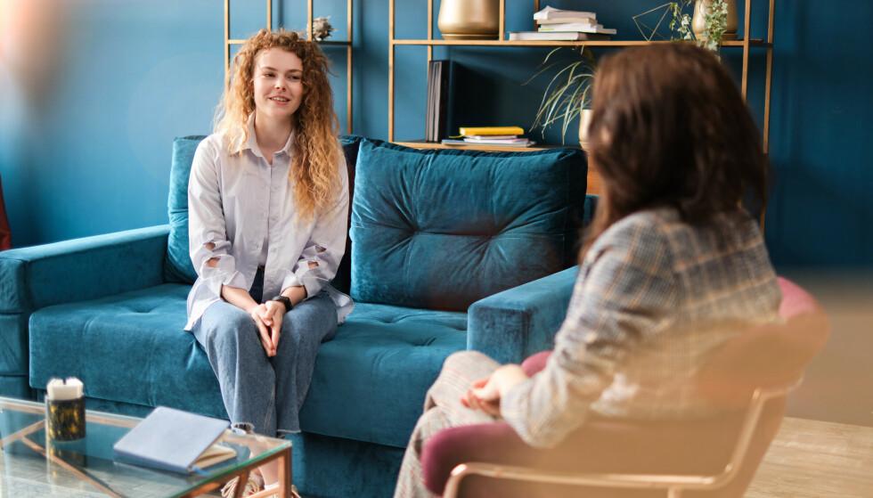 TRYGT Å VÆRE ÆRLIG: - For mange er det vanskelig å åpne seg opp i terapi, og derfor har vi fokus på omgivelsene og gjør det vi kan for at klienten skal slappe av, puste og få ro til å snakke, sier psykologen til KK. FOTO: NTB