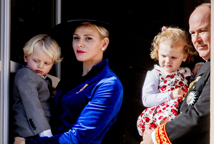 TOBARNSMOR: Fyrstinne Charlene med ektemannen Albert og barna Jacques og Gabriella under Monacos nasjonaldag i 2017. FOTO: NTB