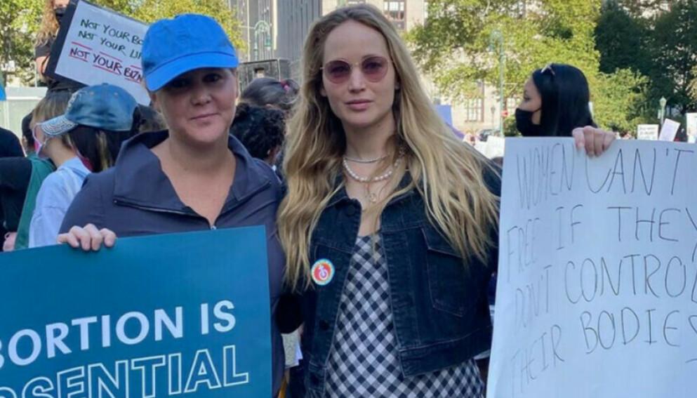 BRUKER STEMMEN: Amy Schumer og Jennifer Lawrence hever stemmen for kvinners rettigheter. FOTO: Skjermdump Instagram