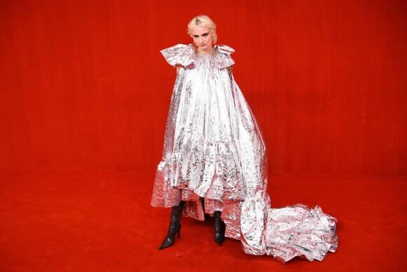 RØD LØPER: Balenciaga viste sin nyeste kolleksjon i Paris. FOTO: NTB