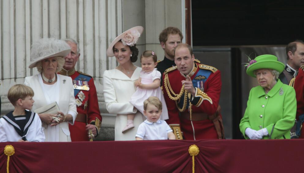 KONGELIGE BARN: Flere generasjoner monarker fra det britiske kongehuset er samlet. Foto: NTB