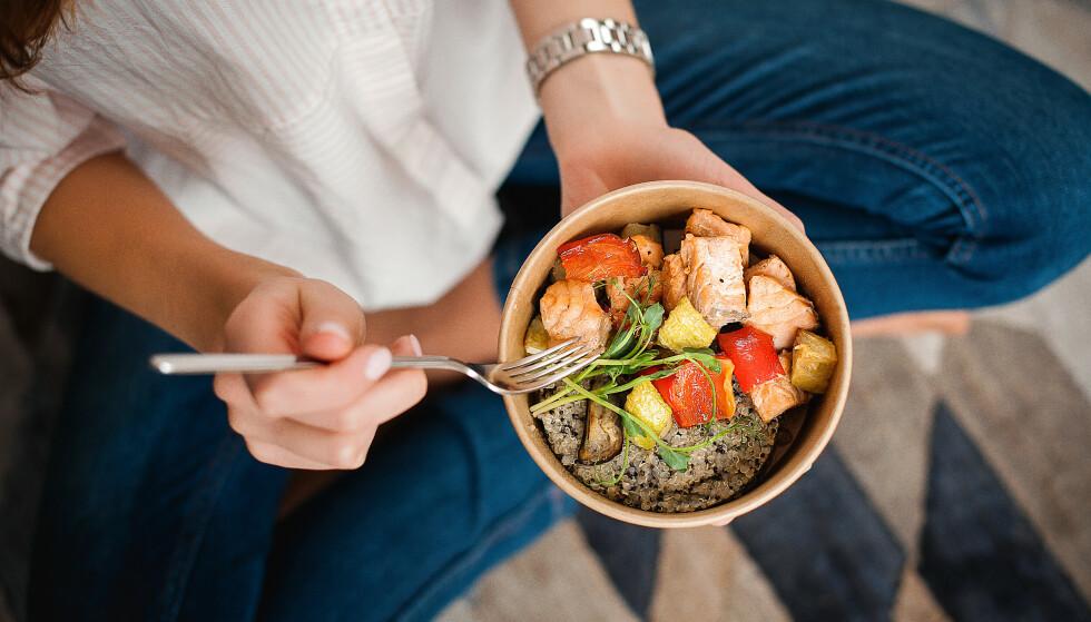 SPIS RIKTIG: Selv om du må i kaloriunderskudd for å gå ned i vekt, er det viktig at du ikke spiser for lite. FOTO: NTB