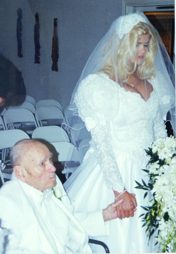 RUSTEN KJÆRLIGHET: Playmate og modell Anna Nicole Smith var 26 år da hun giftet seg med deg 89 år gamle oljemilliardæren J. Howard Marshall i 1994. FOTO: NTB