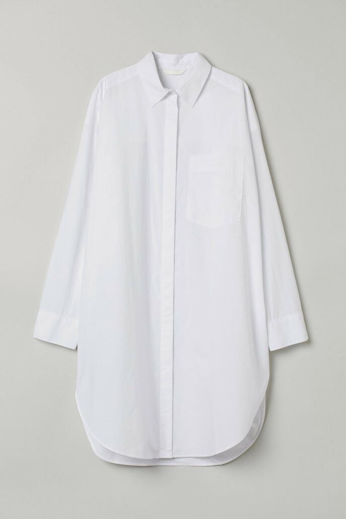 Hvit med skjulte knapper (kr 250, H&M).