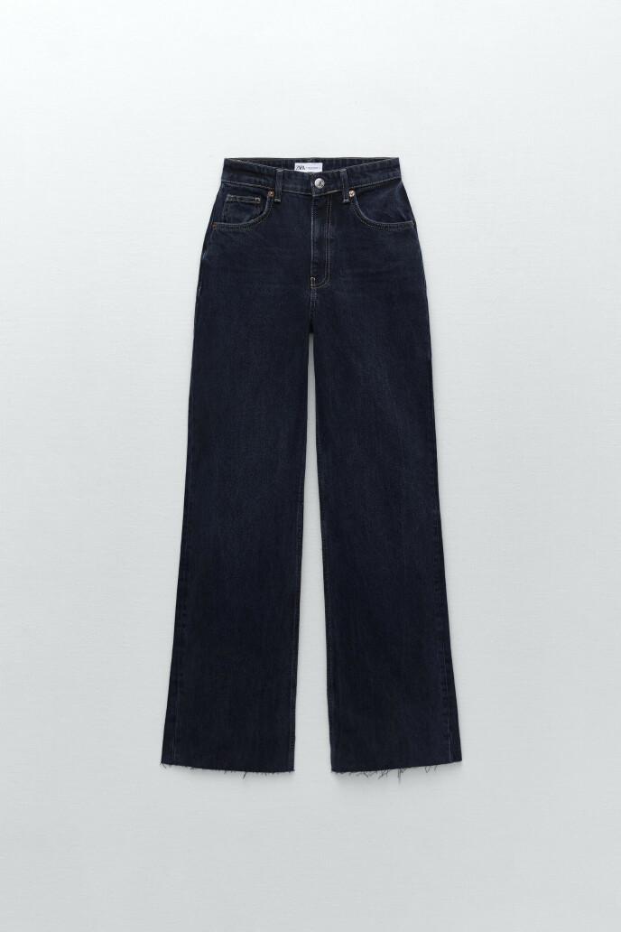 Mørkeblå med frynsete buksebein (kr 450, Zara).
