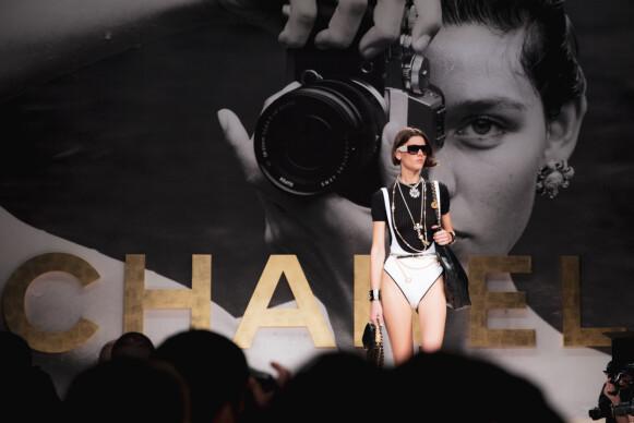 HYLLEST: Visningen var en slags hyllest til avdøde Karl Lagerfeld. FOTO: NTB