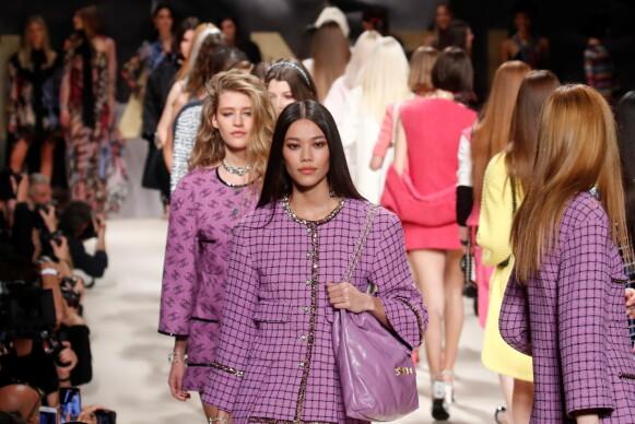 FARGERIKT: Farger er tilbake i motebildet, også hos Chanel. FOTO: NTB