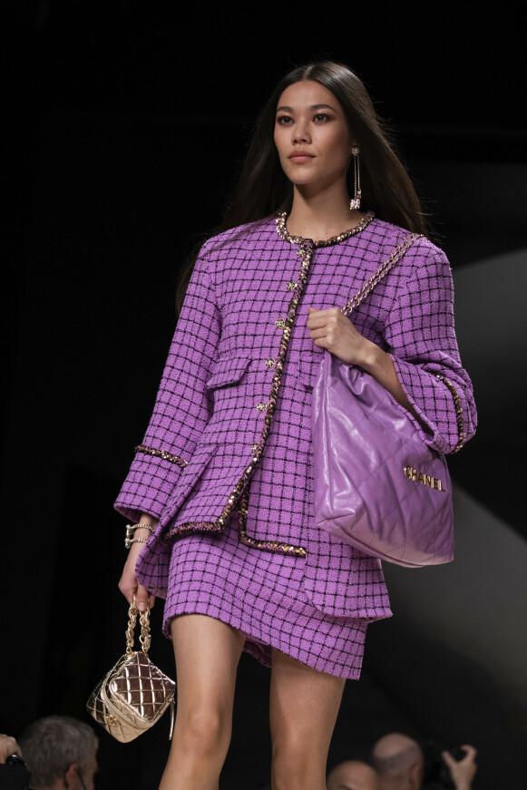 KLASSIKER: Tweed-drakten gjort kjent av Chanel, her i oppdatert versjon. FOTO: NTB