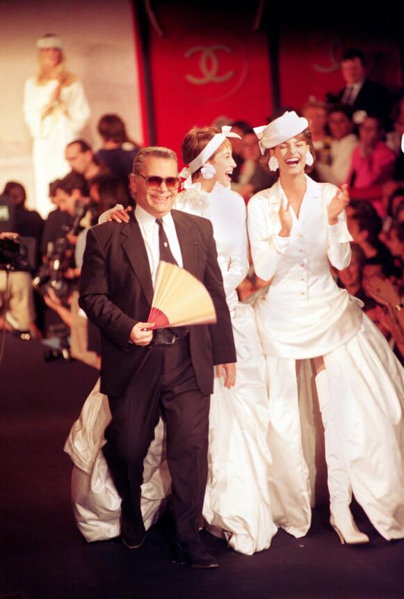 DEN GANG DA: Karl Lagerfeld på catwalken med en smilende Linda Evangelista under en motevisning i 1990. FOTO: NTB
