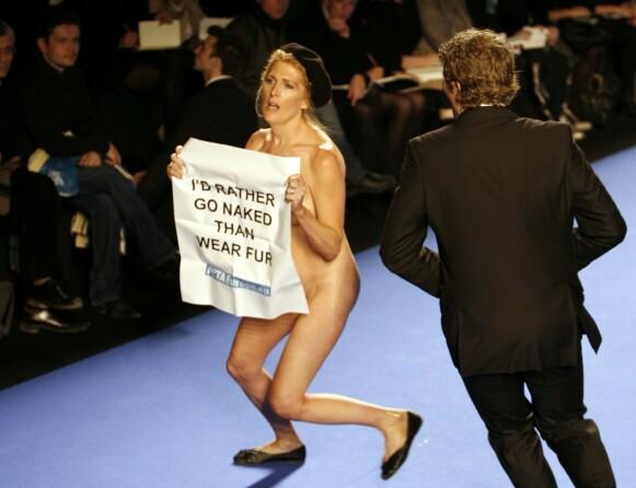 KONTROVERSIELL: PETA stormet motedesigner Christian Lacroix' visning i Paris i 2007. FOTO: NTB