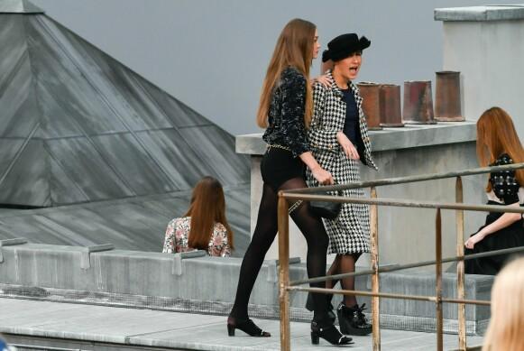 ORDNER OPP: Modell Gigi Hadid viser en uønsket gjest ned fra catwalken under en Chanel-visning. FOTO: NTB