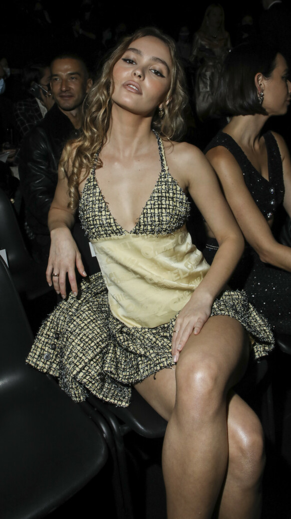 PÅ PLASS: Lily-Rose Depp er en selvskreven gjest på Chanel-visninger. FOTO: NTB