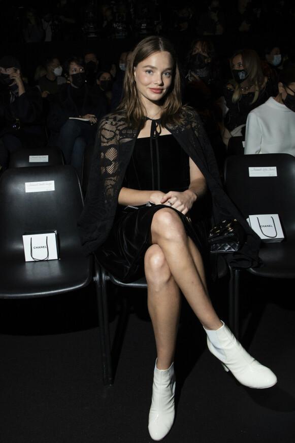 NORSK STJERNE: Den norske skuespilleren og moteyndlingen Kristine Frøseth på første rad hos Chanel. FOTO: NTB