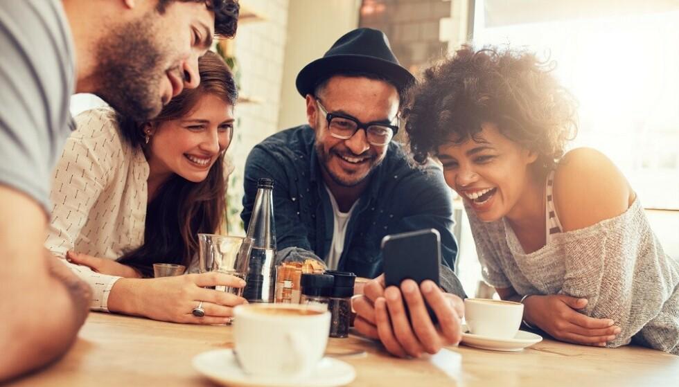 SOSIAL DATE: Når du møter daten din sammen med andre er, slipper du jobbintervju-følelsen. FOTO: NTB